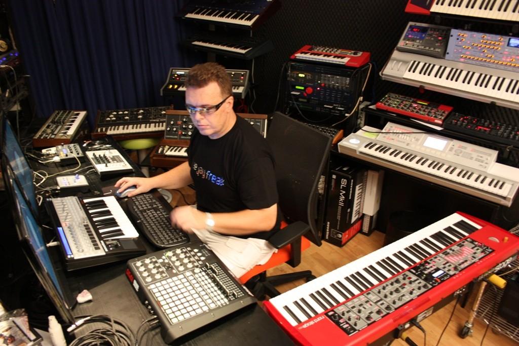 KeeJay Freak studio 1 web